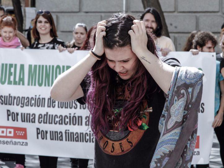 Trabajadores de las escuelas municipales de música y danza se manifiestan frente al Ayuntamiento de Madrid.