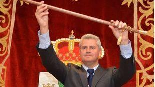 Narciso Romero, alcalde de San Sebastián de los Reyes, alzando el bastón de mando.