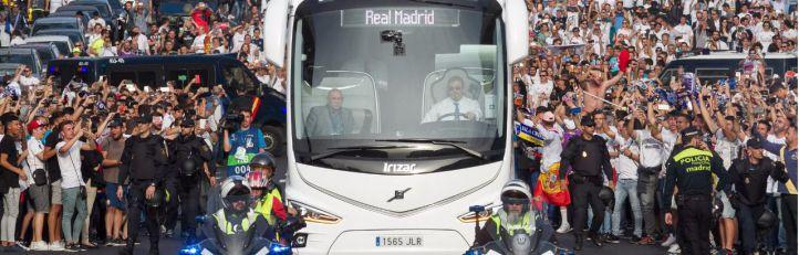 Llegada del autobús del Real Madrid al estadio Santiago Bernabeu entre grandes medidas de seguridad.