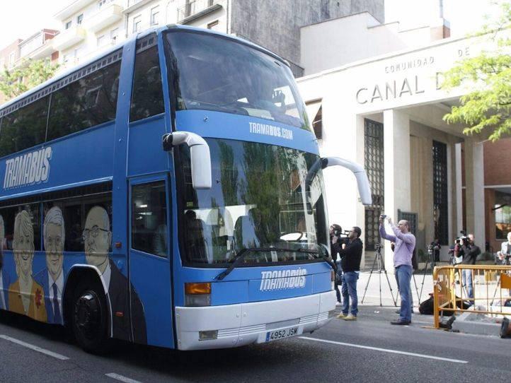 'Tramabús' de Podemos delante de la sede del Canal de Isabel II