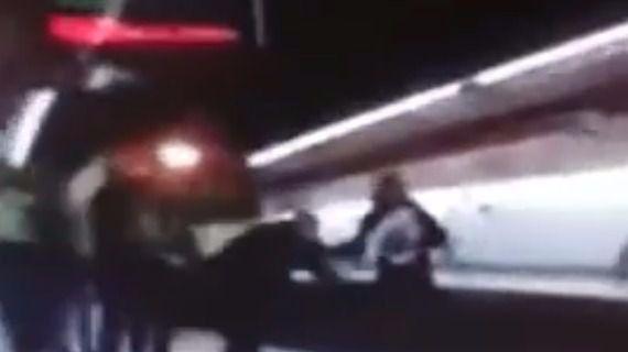 Captura del vídeo donde se ve cómo el hombre arrojó a un Policía Nacional a las vías del metro.