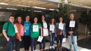 Padres afectados por el cierre del IES Pérez Galdós con las casi 12.000 firmas.