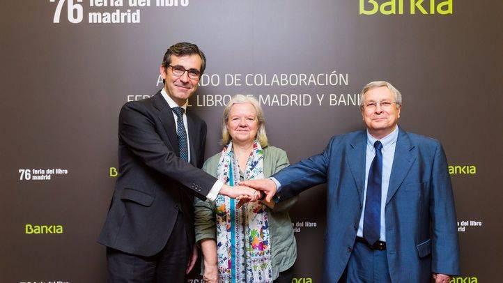 El director corporativo de la Territorial Madrid Norte de Bankia, Eugenio Solla; la presidenta del Gremio de Libreros de Madrid, Reyes Díaz; y el director de la Feria del Libro, Manuel Gil.