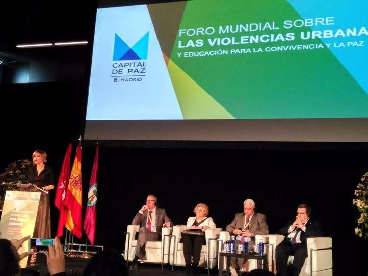 Manuela Carmena debate sobre terrorismo en el 'Foro de la Paz' junto a los alcaldes de Trípoli, Bruselas y Montreal.