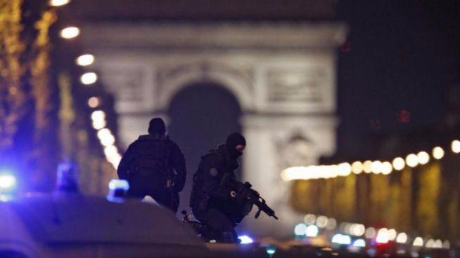Un policía muerto y otro herido en un tiroteo en los Campos Elíseos de París