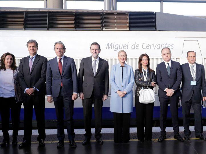 El presidente del gobierno, Mariano Rajoy, junto a la presidenta de la Comunidad, Cristina Cifuenes, entre otros, posan en Atocha en el acto de Conmemoración del 25 aniversario del AVE Madrid-Sevilla