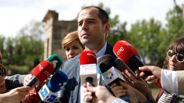 Aguado mantiene su apoyo a Cifuentes y Podemos consultará a sus bases sobre una moción de censura