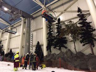 Los bomberos rescatan a algunos de los atrapados en el parque de esquí de Xanadú