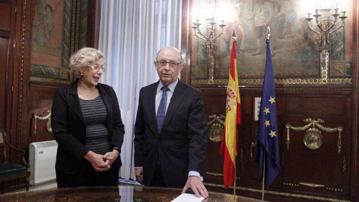 La alcaldesa de Madrid, Manuela Carmena, y el ministro de Hacienda, Cristobal Montoro.