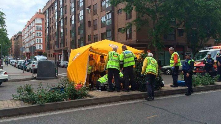 Efectivos del Samur-Protección Civil atienden a un hombre de 72 años que ha sido atropellado en la calle Embajadores y que, finalmente, ha fallecido.