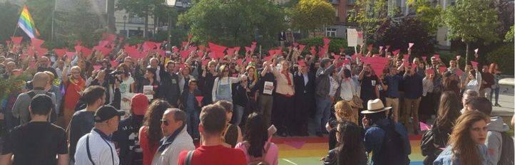 Manifestación en la plaza Pedro Zerolo contra el campo de concentración contra homosexuales en Chechenia.