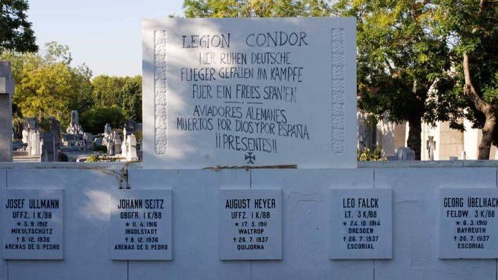 Retirada la placa de la Legión Cóndor en el cementerio de La Almudena