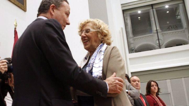 Íñigo Henríquez de Luna, portavoz provisional del grupo popular en el Consistorio tras la dimisión de Esperanza Agurire, saluda a la alcaldesa Manuela Carmena en el pleno del Ayuntamiento.