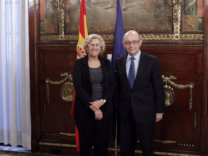 Reunión entre Cristóbal Montoro, ministro de Hacienda, y Manuela Carmena, alcaldesa de Madrid (Archivo).