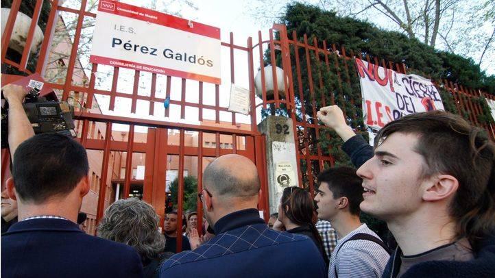 Encierro de padres y alumnos en el I.E.S. Pérez Galdós para impedir su cierre por la consejería de Educación de la Comunidad de Madrid.