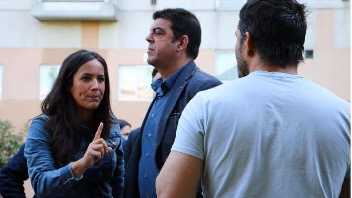 Begoña Villacís, manteniendo una acalorada conversación con una persona que vive en los asentamientos ilegales del Puente de Ventas.