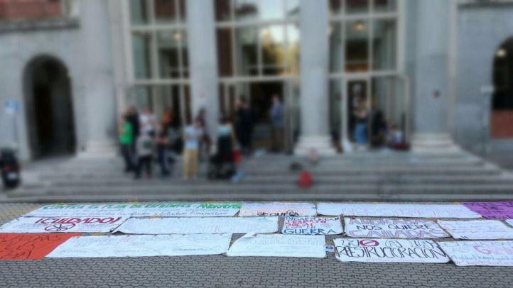 Un grupo de estudiantes se encierra en el Rectorado de la Complutense