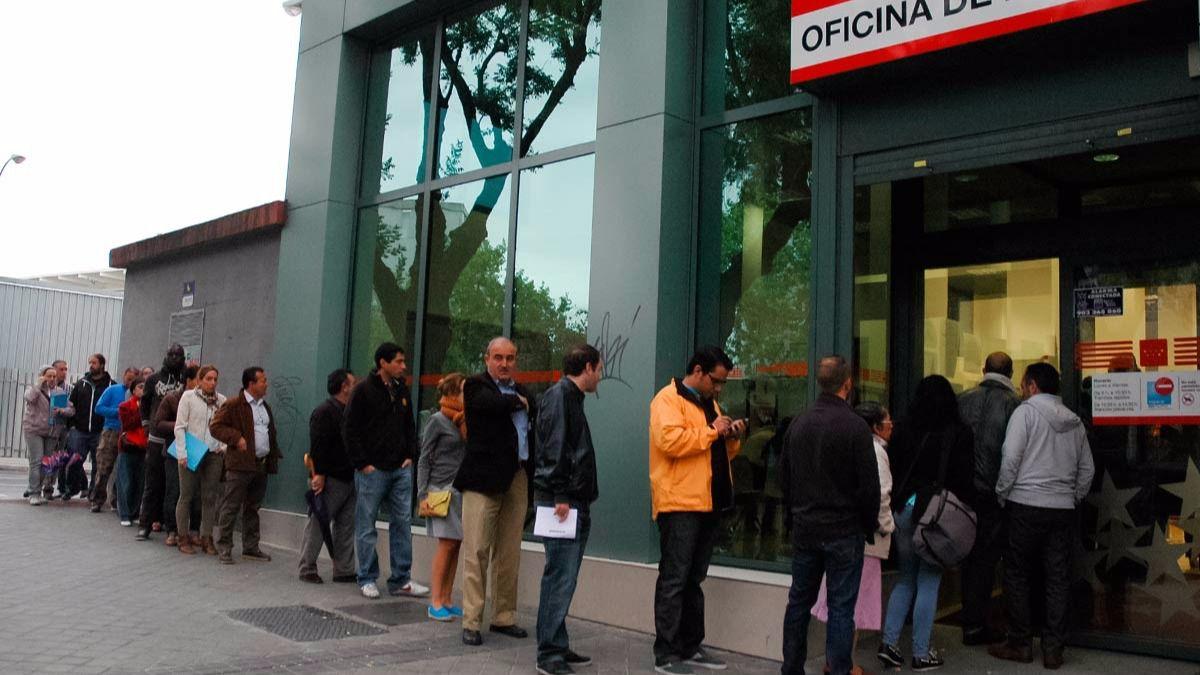 Casi personas salen de las listas del paro en abril for Oficina de paro madrid