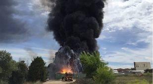 Columna de humo provocada por un incendio en una nave industrial de Arganda del Rey