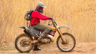 ¿Por qué es esencial utilizar casco al viajar en moto?