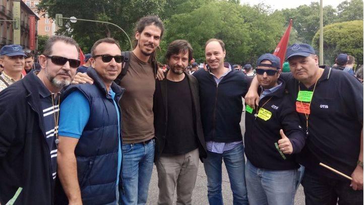 Los trabajadores de Zardoya Otis en la manifestación, junto a representantes de Podemos