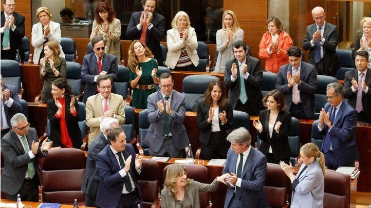 La bancada del grupo popular aplaude a la consejera de Economía y Empleo tras su discurso.