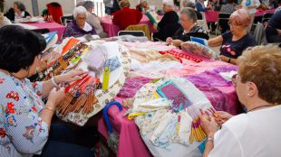 El Ayuntamiento plantea organizar un mercadillo artesanal con artículos hechos en centros de mayores
