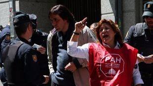 Desahucian a un trabajador municipal de 57 años en Vallecas pese a la fuerte presencia vecinal