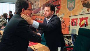 Guillermo Magazán, portavoz del grupo socialista felicita al alcalde de Rivas Pedro del Cura, el día de su toma de posesión. (Archivo)