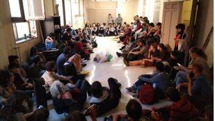 Primera asamblea en el centro okupado