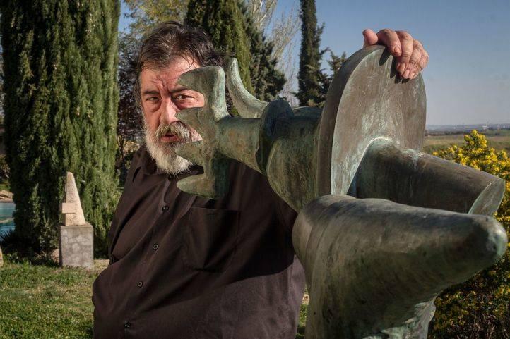 El escultor José Miguel Utande en su casa de San Sebastián de los Reyes.