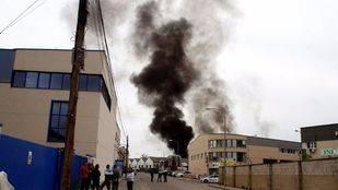 Columna de humo provocada por un incendio en una nave industrial de Arganda del Rey. (Archivo)