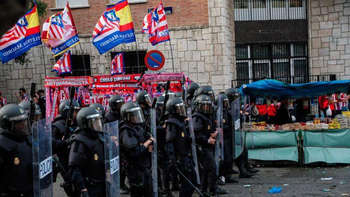 Botellazos, vengalas y cargas policiales: la previa del partido deja más de 20 personas atendidas por el Samur
