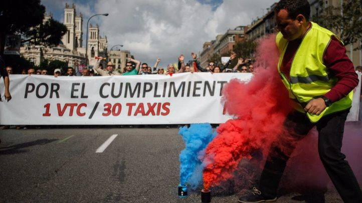 Manifestación de taxistas convocada por la Federación del taxi de Madrid y Elite Taxi para protestar contra los Vehículos de Transporte con Conductor (VTC) desde la consejería de Transportes de la CAM al ministerio de Fomento.