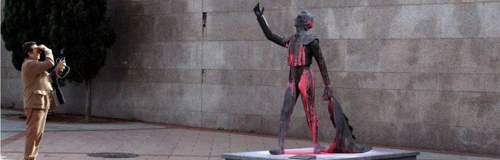 Las estatuas dedicadas a toreros en la inmediaciones de la plaza de toros de Las Ventas han aparecido pintadas con pintura rosa.