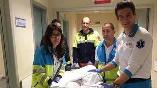 Los servicios de emergencia, con la recién nacida. (Archivo)