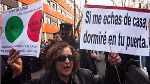 Una manifestante en una concentración realizada por la PAH. (Archivo)