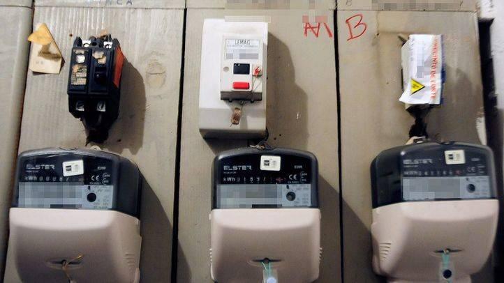 Contadores electricidad de un inmueble uno de ellos  precintado por impago.
