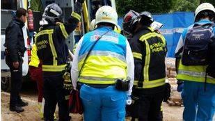 Efectivos del Summa evacuan en estado grave a trabajador de 37 años tras caer 4 metros y clavarse varilla de ferralla.