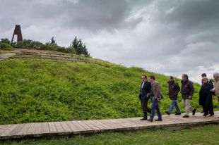 El consejero de Medio Ambiente y Ordenación del Territorio, Jaime González Taboada, junto al portavoz del grupo municipal popular, José Luis Martínez-Almeida, han visitado las obras de ampliación del Parque forestal de Valdebernardo.
