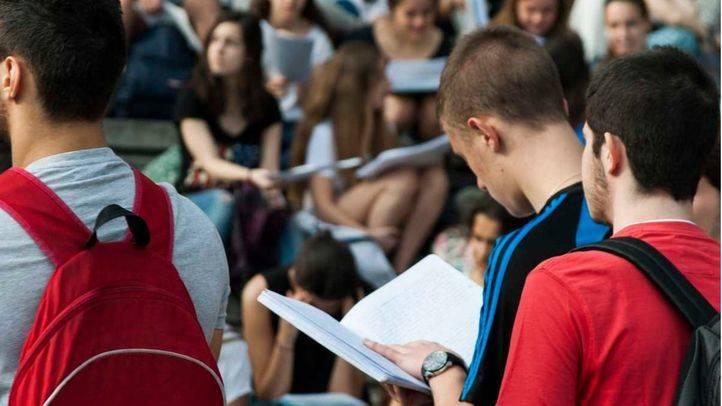Alumnos estudiando antes de Selectividad, en la Facultad de Odontología de la Universidad Complutense. (Archivo)