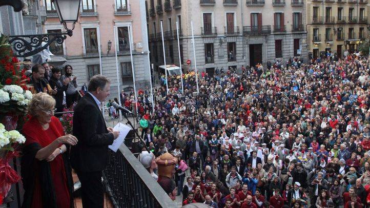 Juan Luis Cano junto a la alcaldesa de Madrid, Manuela Carmena, ha dado el pregón de la Fiestas de San Isidro 2017 desde el balcón de la Casa de la Villa.