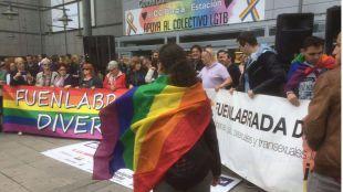 Parejas gays protestan en el Plaza de la Estación de Fuenlabrada por expulsar a dos chicos