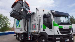 La delegada del Área de Gobierno de Medio Ambiente y Movilidad del Ayuntamiento de Madrid, Inés Sabanés, ha presentado los nuevos contenedores y camiones de recogida de residuos de forma lateral.