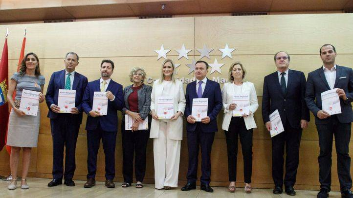 La Comunidad de Madrid, el Ayuntamiento de Madrid, de Coslada y de Rivas-Vaciamadrid, junto a los portavoces de los grupos parlamentarios en la Asamblea de Madrid, han firmado el pacto por la Cañada Real Galiana.