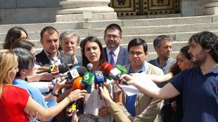 Rita Maestre atiende a los medios tras su visita al Congreso con Sánchez Mato y otros alcaldes.