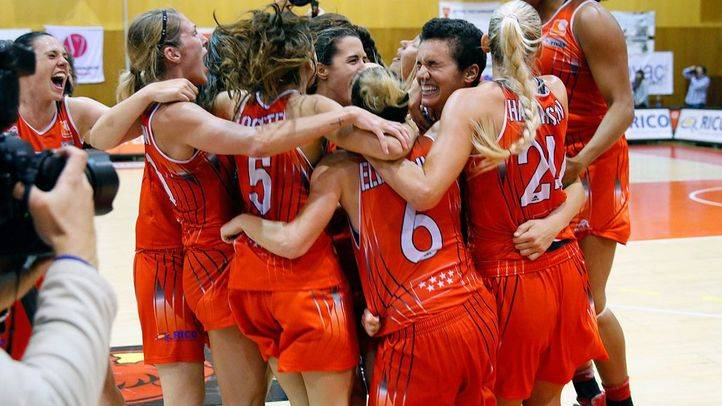 Las jugadoras del Rivas Ecópolis celebran el título de liga de la temporada 2013-2014