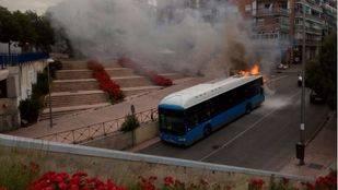 Arde el motor de un bus de la L24 de la EMT a su paso por Entrevías