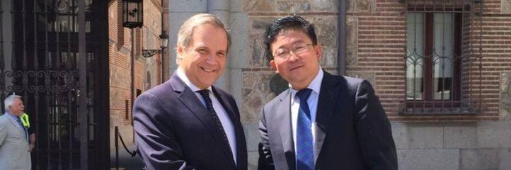 Antonio Miguel Carmona, PSOE, y Michael Qiao, Wanda Group