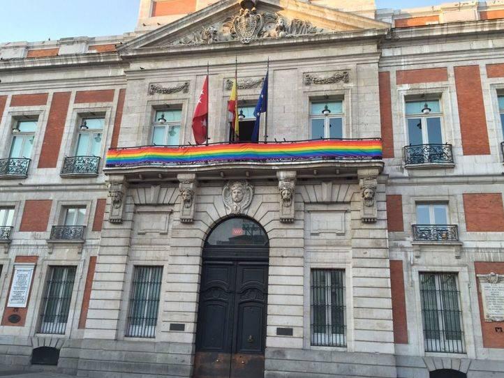 La bandera arco iris ondea en Madrid